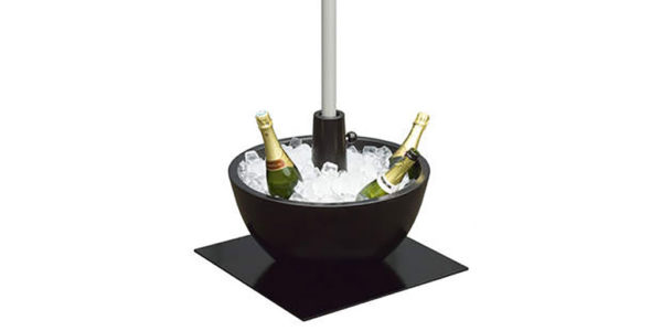 coupe parasolvoet gevuld met ijs en flessen champagne
