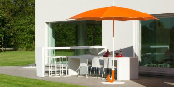 Parasol Gulliver orange-blanc sur une terrasse privée