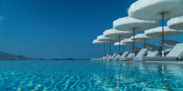 Frou Frou parasols aan het zwembad van het Mykonos Grand Hotel & Resort