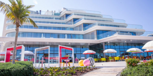 Couture parasols in een kleurrijk speels geheel bij W Hotel Palm in Dubai