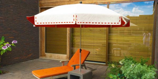 Le parasol Couture sur une terrasse privée