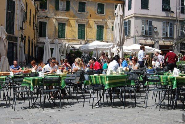 De covid corona bevrijding van Piazza delle Erbe in Genua (Genova)