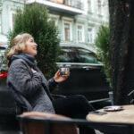 femme buvant un café sur une terrasse d'hiver